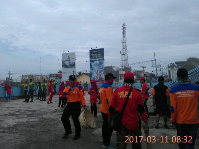 Relawan kemanusiaan Muhammadiyah bersama relawan lainnya