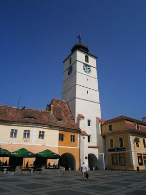 Turnul Sfatului văzut din Piața Mare, cucele două ganguri de trecere