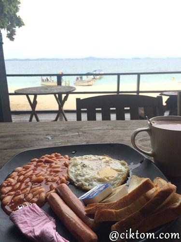 Americano breakfast sambil menghadap pemandangan laut