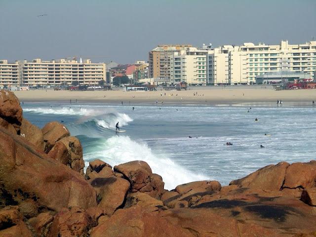 Surf na Praia do Castelo do Queijo