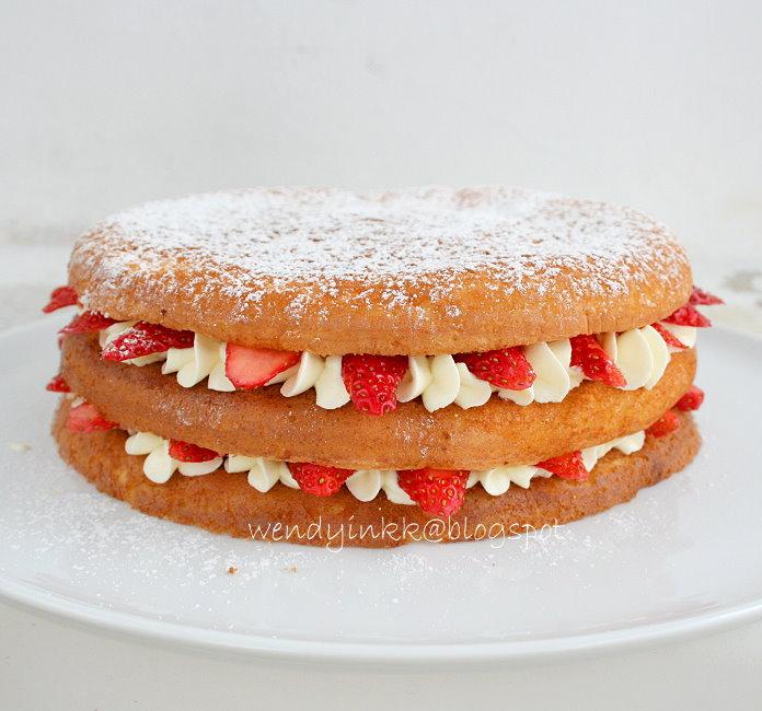 Easy Strawberry Sponge Cake Recipe
