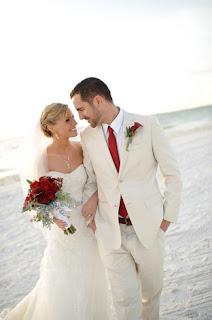 Hoa cài áo kết hợp với hoa cầm tay cô dâu