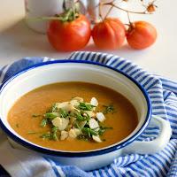 Sopa de beringela e tomate assado com salicórnia e amêndoa torrada