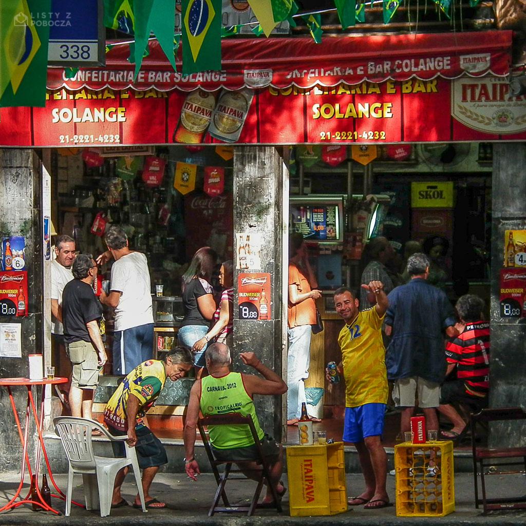 Ludzie bawiący się na ulicach Rio de Janeiro podczas Mistrzostw Świata 2014