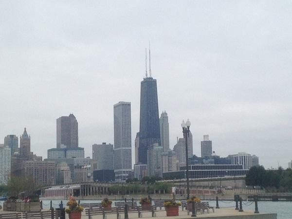 Blick auf die Skyline von Chicago mit dem John Hancock Center vom Navy Pier am Lake Michigan aus