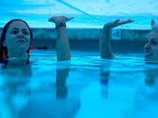 Dua saudari yang terjebak didalam kolam (Film : 12 Feet Deep Trapped Sisters)