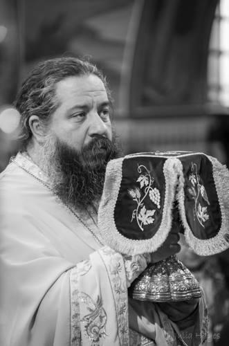 Ο π. Γεώργιος Σχοινάς, στον Ιερό Ναό Ευαγγελιστρίας Πειραιώς.