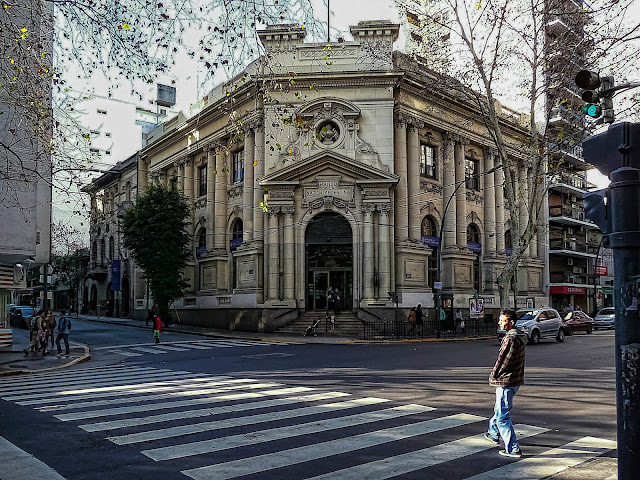 Edificio de la suc.Banco Nación de Azcuénaga y Santa Fe, Bs.As.