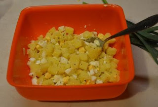 sałatka ziemniaczana z jajkiem i szczypiorkiem