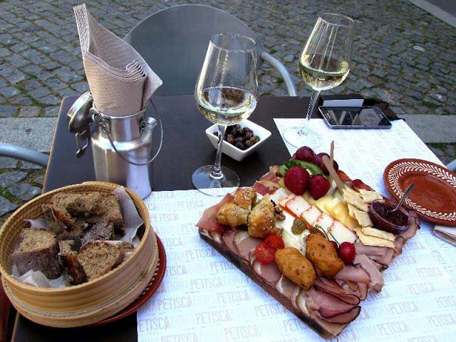 Tábua de enchidos e vinho
