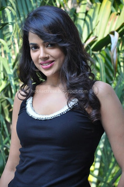 SAMEERA REDDY LATEST HOT PHOTOS IN T-SHIRT