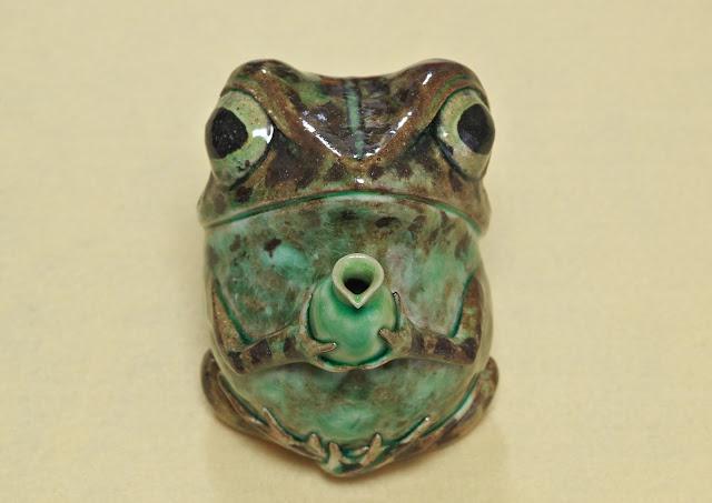 蛙庵の陶蛙作家 楓 利雄さんによるアマガエルの徳利の写真