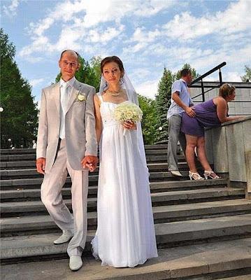 Braut und Bräutigam auf Treppen - witzige Bilder