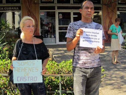 Darsi Ferrer y Esposa en protesta pacífica.