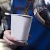 Una azafata revela por qué no se debe tomar café en los aviones