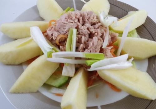 Una ensalada con atún y manzana