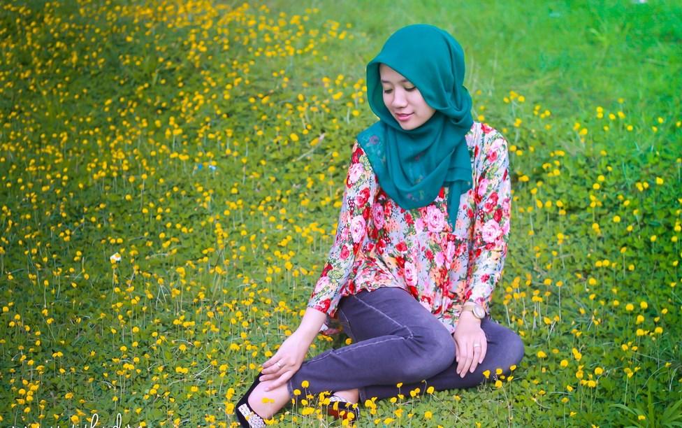 Cewek cantik hunting foto hijab di taman penuh bunga indah dan manis jilbab celana jeans ketat