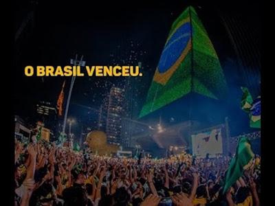 O Brasil venceu! Avenida Paulista, São Paulo (SP). Fachada da FIESP apresenta Bandeira do Brasil em seu painel luminoso.