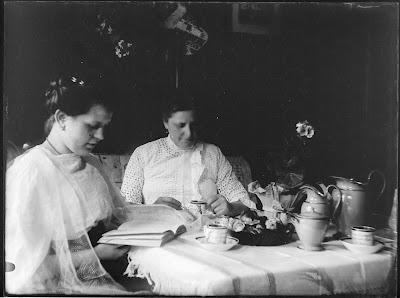 Am Kaffeetisch - Foto zweier Frauen - 1910-1930
