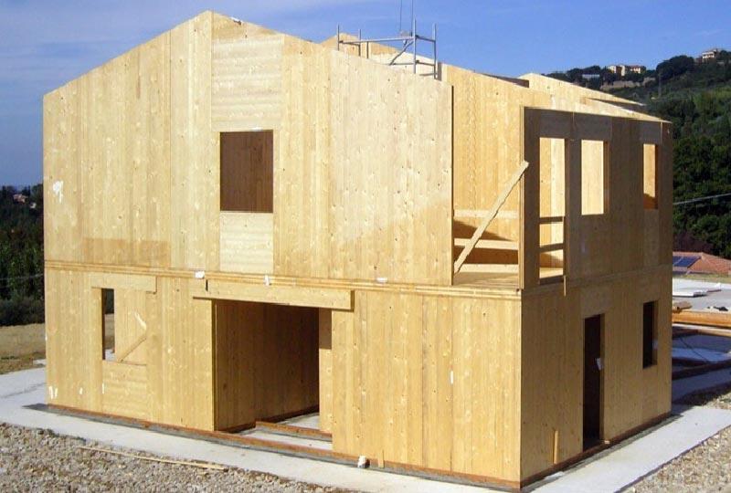 casa prefabbricata in legno in costruzione
