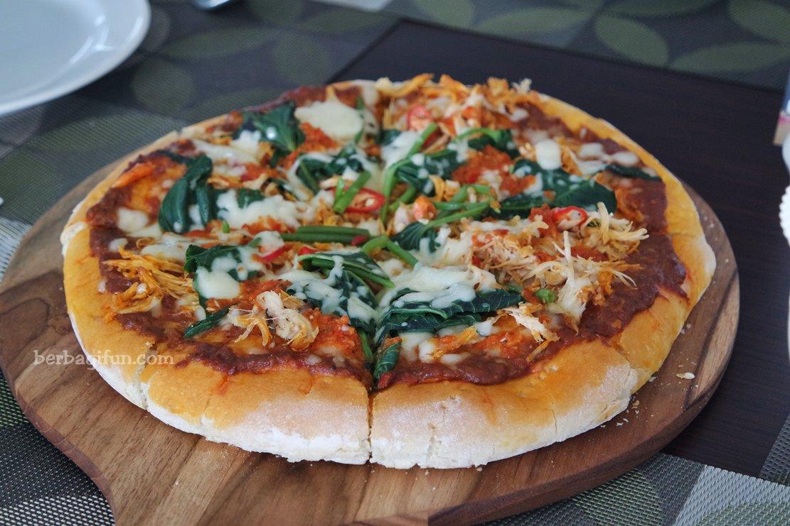 pizza rasa ayam taliwang cobain yuk jalan jalan makan makan