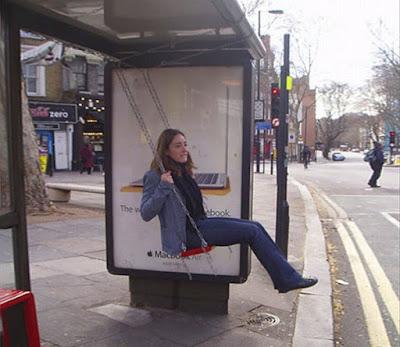 Parada de autobus y publicidad creativa