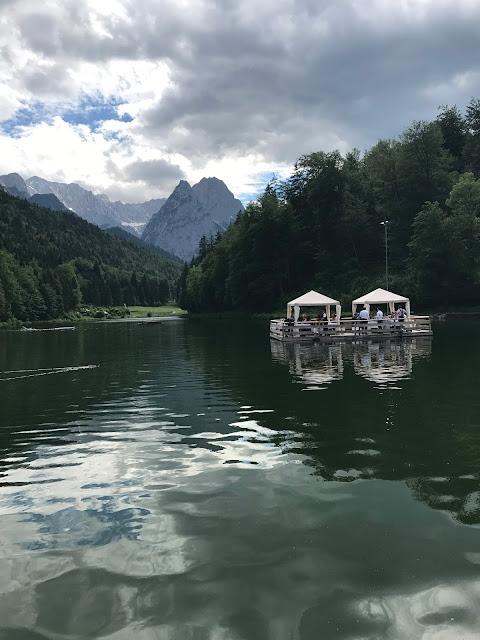Flossfahrt, Bunte Sommerblumen-Hochzeit am See und in den Bergen, Riessersee Hotel Garmisch-Partenkirchen, Bayern, nahe der Zugspitze, Hochzeitsplanerin Uschi Glas