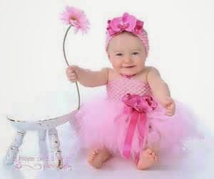bayi perempuan memakai gaun