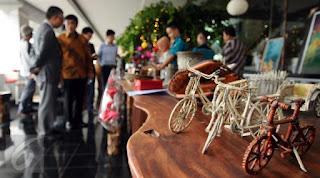 Kebanyakan hasil kerajinan tangan yang habis laku dijual adalah Sepatu kulit hasil buatan tangan warga binaannya, serta batik tulis dan kerajinan dompet yang terbuat dari kulit.