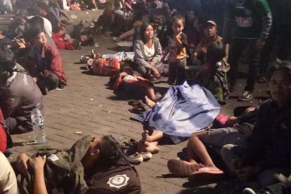 Tak Mau Kehabisan Tiket Final AFF, Ribuan Supporter Menginap