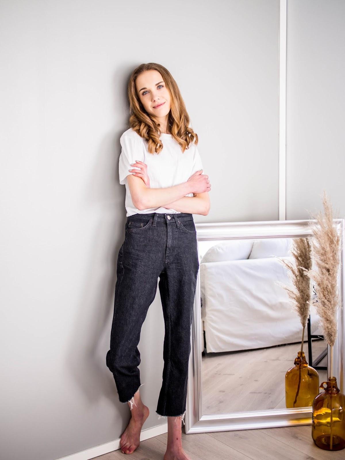 Cropped dark wash jeans with raw hem - Vajaamittaiset suorat farkut revityillä lahkeilla