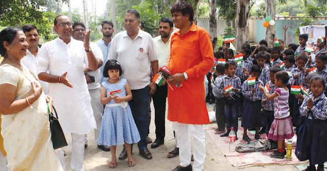 BJP leader Gajendra Bhadana Lala did flag hoisting at Prakashdeep School on Independence Day