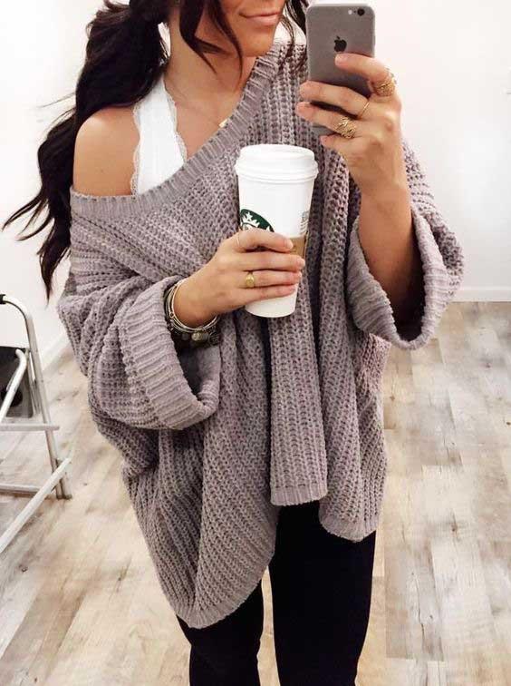 """Jika merasa kurang nyaman dengan bralette yang """"terbuka"""" sekali, kalian bisa memadukan bralette dengan jaket jins, jaket kulit, blazer, atau loose sweater."""