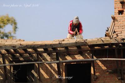 Nepal Bungamatiで家の補修をしている様子