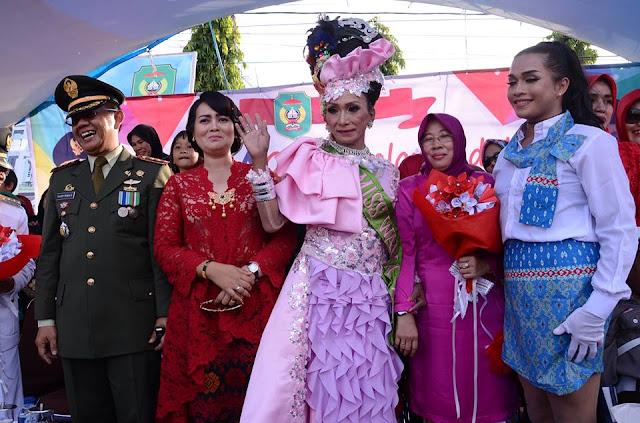Waria Jadi Primadona Warga Pada Gerak Jalan Indah HUT RI ke-71 di Palopo