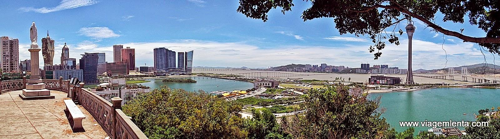 Relato da viagem à Hong Kong e Macau, experiências capitalistas chinesas exemplares. Passeios em Kowloon, ilha de Victoria, cassinos e Mount Fort.