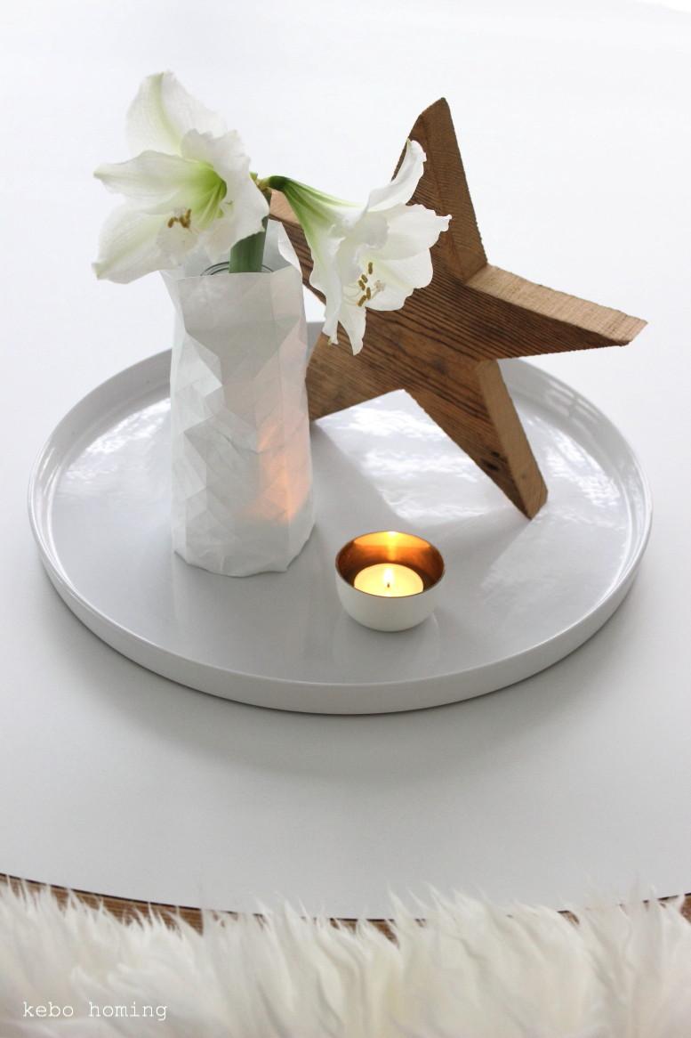 Schlichte Weihnachtsdekoration, Winterdeko, weiße Amaryllis, Holzstern,  Pepe Heykoop nachempfundenen Vasenüberzug auf dem Südtiroler Food- und Lifestyleblog kebo homing, floral friday, Blumen am Freitag, flowerday