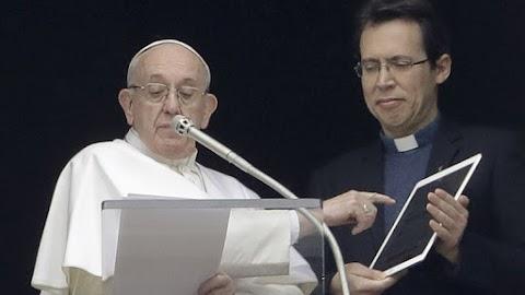 A távolság nem akadály: okostelefonon imádkozhat a pápával