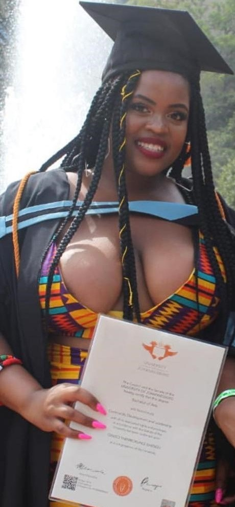 Photo: Lady's Graduation Dress Leaves Many Confused Online