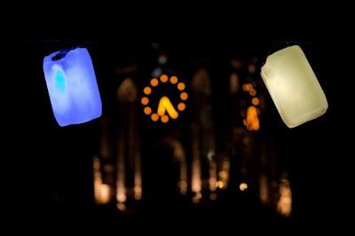 Iluminación con bidones o recipientes de plástico.