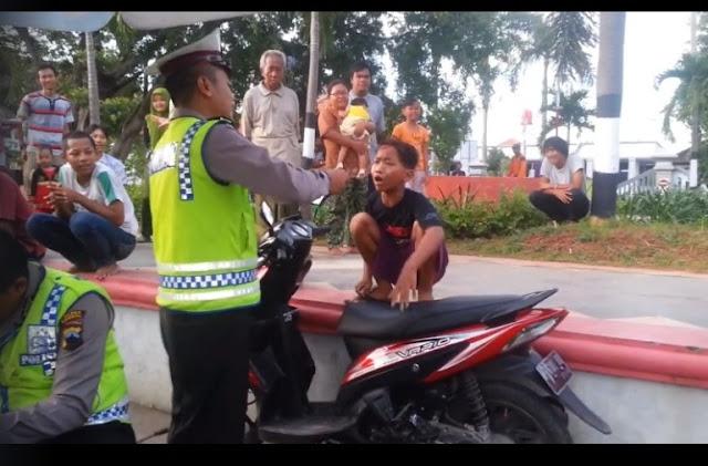 Mendebat Saat Ditilang, Bocah Ini Justru Bikin Polisi dan Warga Tertawa