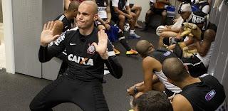 goleiro reserva julio cesar se diverte ao som de harlem shake no vestiario da equipe apos treino