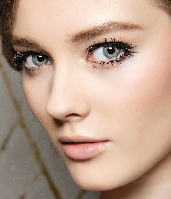 Lookbook Winter Beauty Trend Spider Lashes