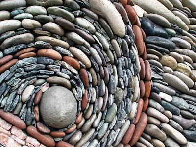 Aneka jenis batu koral memiliki warna-warna cantik alami. Terlepas dari jenisnya, pemasangan batu koral tetaplah sama, yaitu dengan merekatkan koral mengguakan adonanan