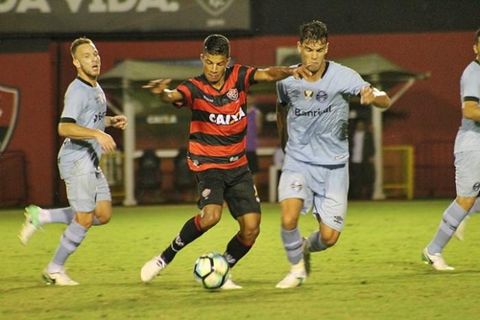 Em destaque no Vitória, lateral-direito recebe sondagens de clubes da Série A e pode deixar o Vitória 1
