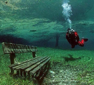 Green Lake di Austria merupakan taman kering semasa musin sejuk, tetapi ditenggelami air semasa musim panas.