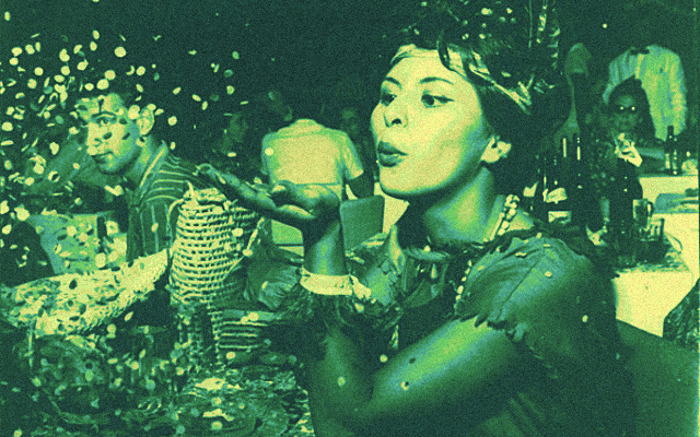 Foliã joga confetes em festa de carnaval de 1961 - Agência Estadão