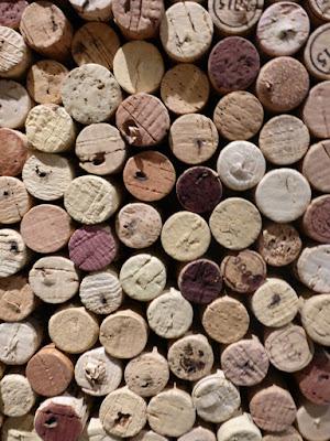 Viele Korken mit unterschiedlichen Färbungen vom Wein