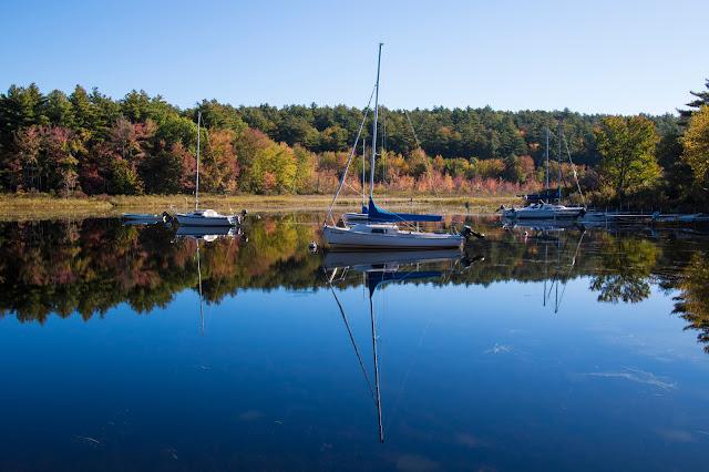 Lago coi colori autunnali del foliage