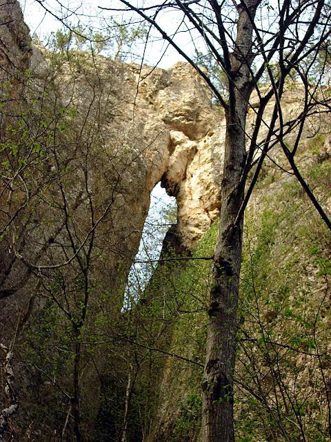 Стена каньона с огромным сквозным отверстием
